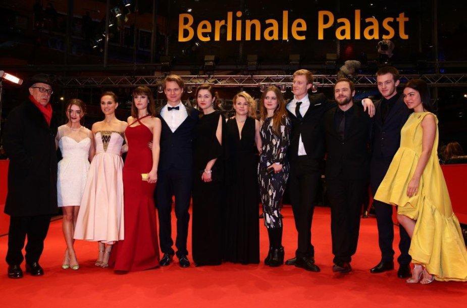 Natalie Portman (trečia iš kairės) ir Aistė Diržiūtė (šešta iš kairės)