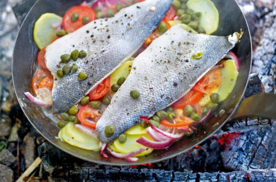 Keptuvėje ant laužo kepta žuvis