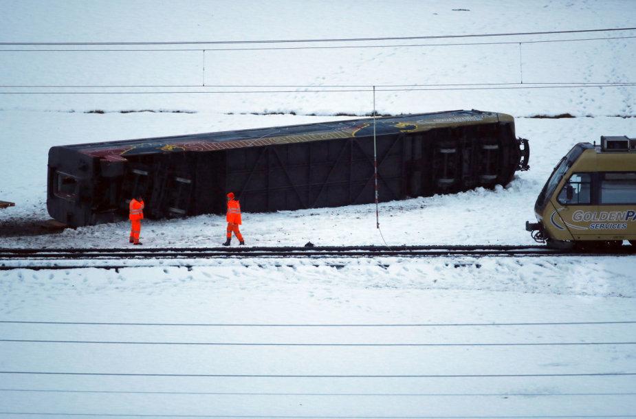Šveicarijos vidurio miestelyje Lenke aštuoni žmonės buvo sužeisti smarkiam vėjo gūsiui nuo bėgių nuvertus keleivinio traukinio vagoną.