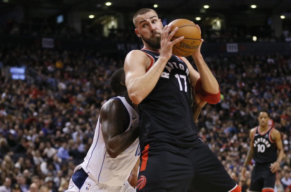 """Jonas Valančiūnas pelnė 21 tašką, o """"Raptors"""" iškovojo 11 pergalę iš eilės, kai namie po pratęsimo palaužė """"Mavericks"""" ekipą."""