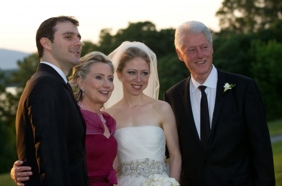 Chelsea Clinton su vyru Marcu Mezvinsky ir tėvais Billu bei Hillary Clintonais