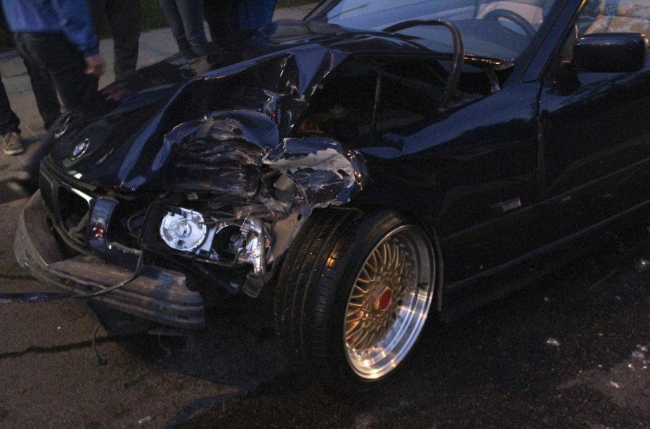 Vilniuje per avariją apgadinti penki BMW kabrioletai