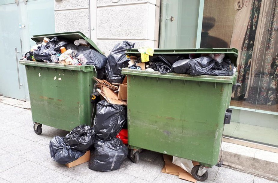 Atliekų konteineriai Vilniaus gatvėje antradienį popiet