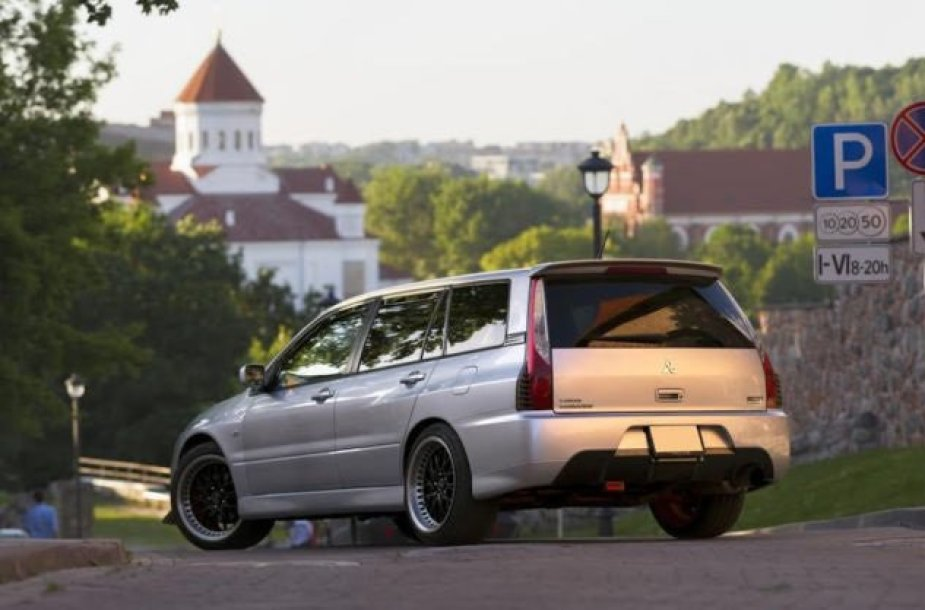 "Berlyne parduodamas ""Mitsubishi Lancer Evo"" universalas"