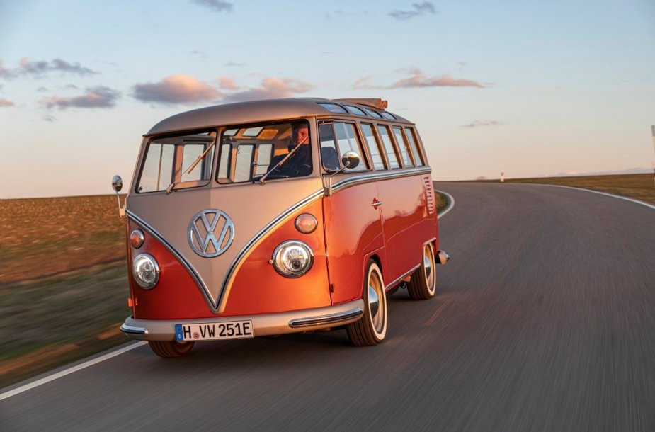 Nors atrodo kaip paprastas gražiai restauruotas Type 2, šio automobilio kėbule jau nebeplaka oru aušinama benzininė širdis. (Gamintojo nuotrauka)