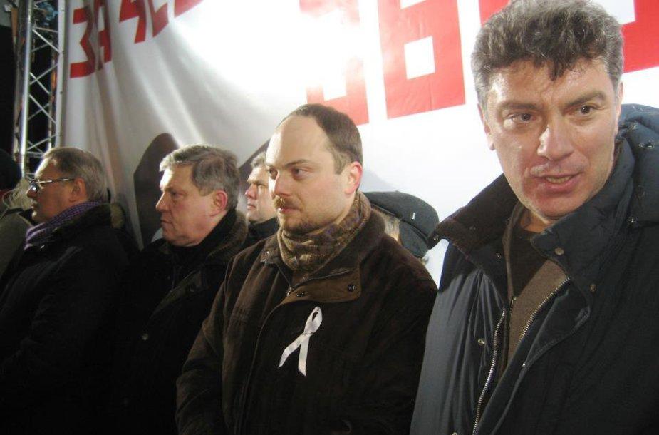 Rusijos opozicijos mitingas Maskvoje 2012 metų kovo 5-ąją. Iš kairės į dešinę: Michailas Kasjanovas, Grigorijus Javlinskis, Sergejus Mitrochinas, Vladimiras Kara-Murza jaunesnysis ir Borisas Nemcovas.