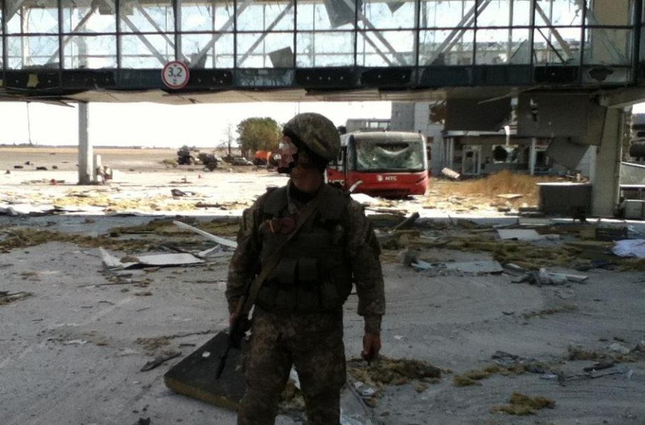 Donecko oro uosto terminalą gina ne tik profesionalai, bet ir savanoriai.
