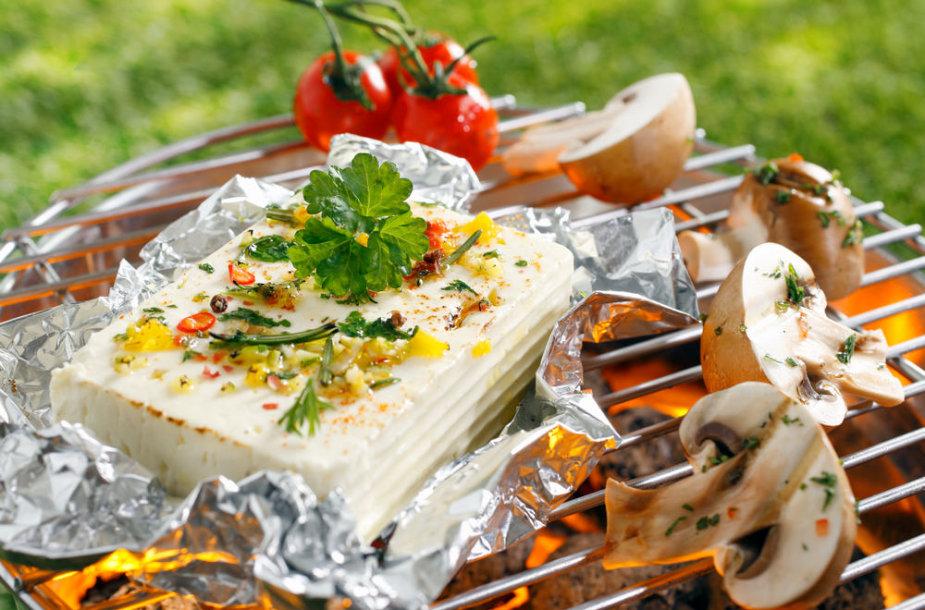 Ant grotelių keptas sūris