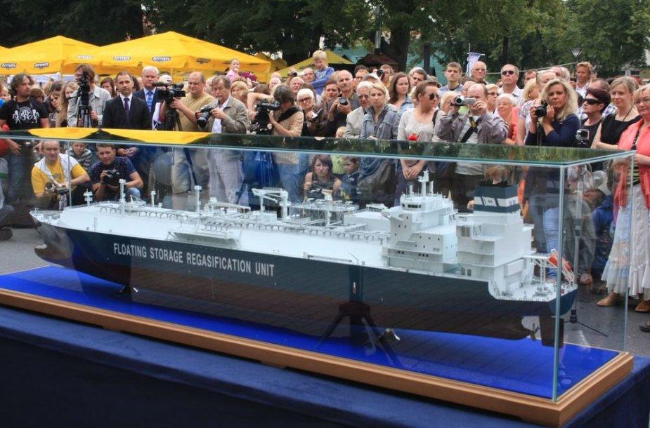 """Klaipėdoje tris dienas bus eksponuojamas autentiškas būsimo Klaipėdos suskystintų gamtinių dujų terminalas laivas-saugykla """"Independence""""."""