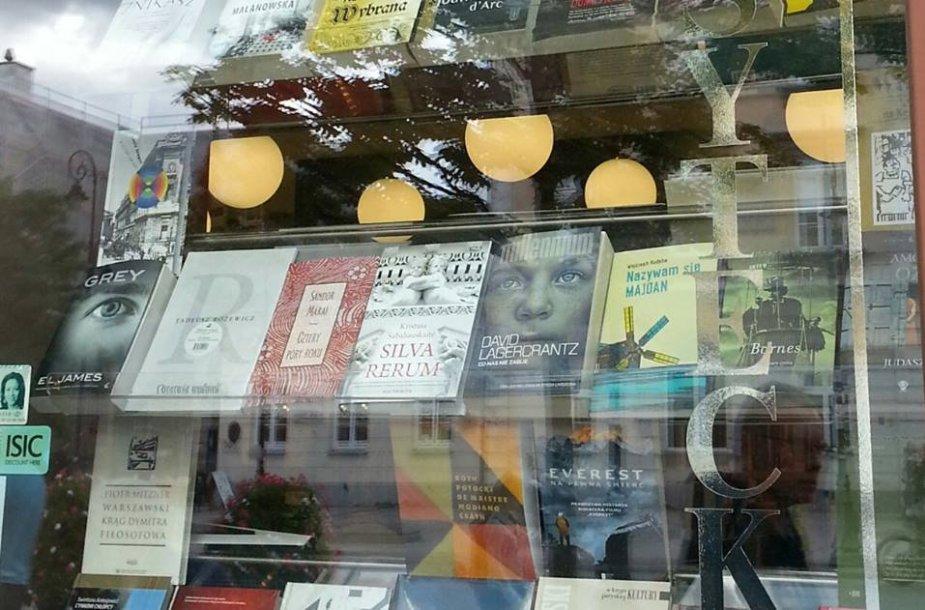 Lenkijos knygyno vitrinoje