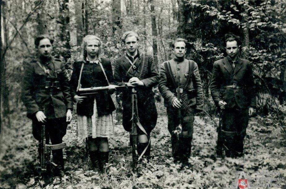 Kęstučio apygardos Birutės rinktinės partizanai. Iš kairės: 1. Stasys Milkintas-Riteris, 2. Jadvyga Milkintienė-Rūta, 3. Vincas Rutkauskas-Rambynas, 4. Steponas Šležas, 5. Juozas Milkintas-Maršalas. Ne vėliau kaip 1951 m.