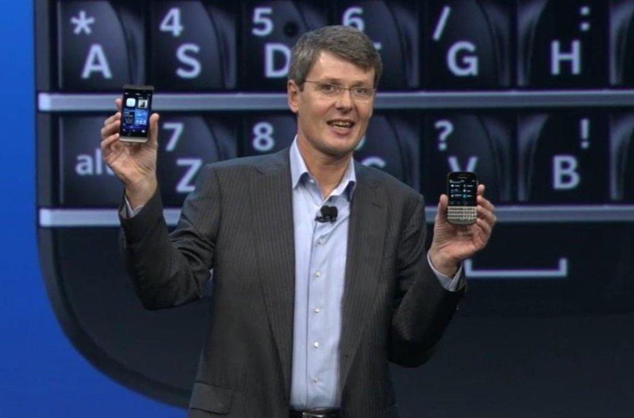 """""""Blackberry"""" vadovas Thorstenas Heinsas pristato naujuosius telefonus."""