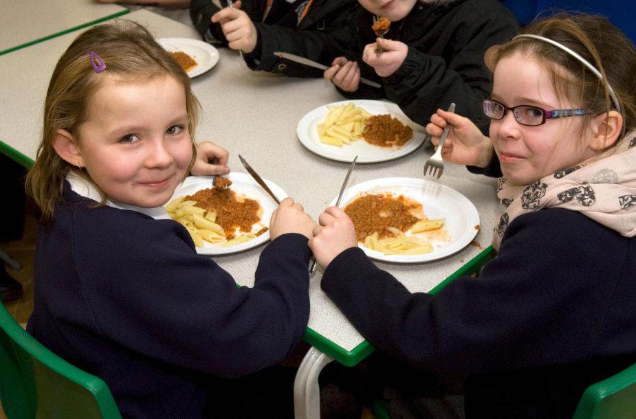Mokiniai pietauja