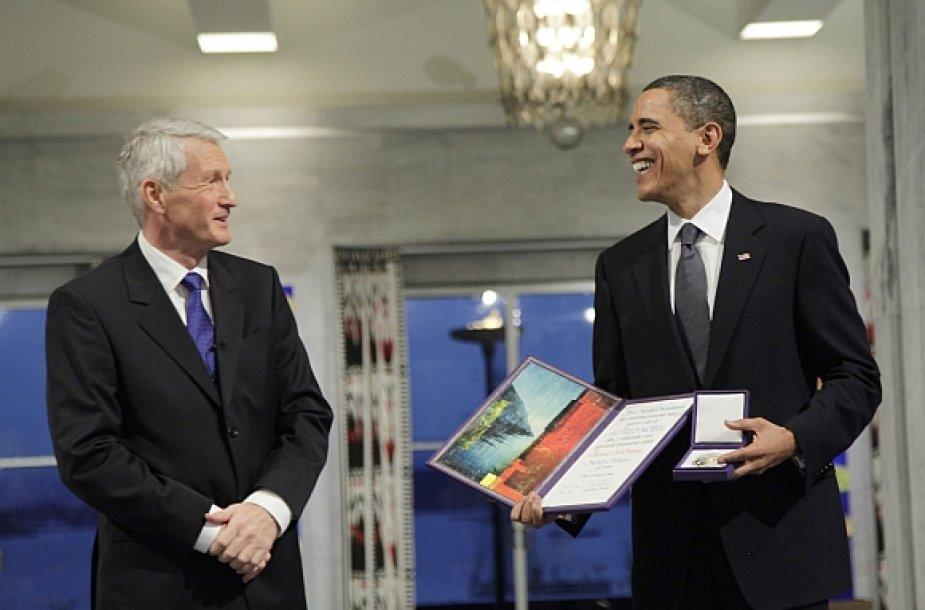 Barackas Obama atsiėmė Nobelio taikos premiją iš Norvegijos Nobelio komiteto komiteto pirmininko Thorbjoerno Jaglando rankų.