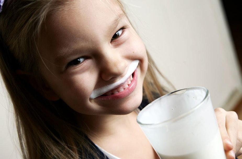 Mergaitė geria pieną