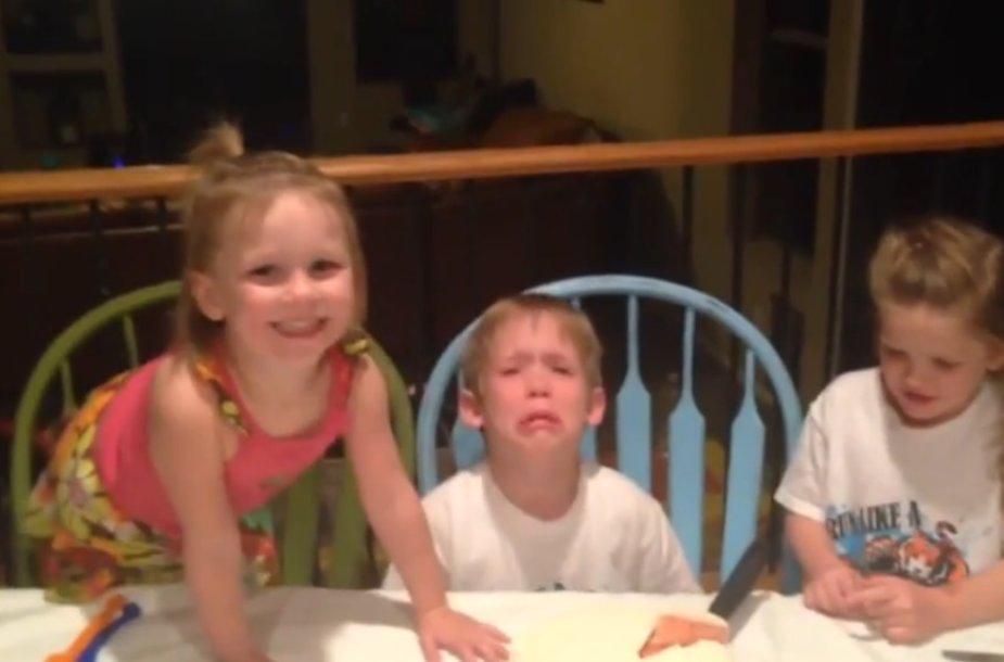 Vaikai sužino, kad turės dar vieną sesę