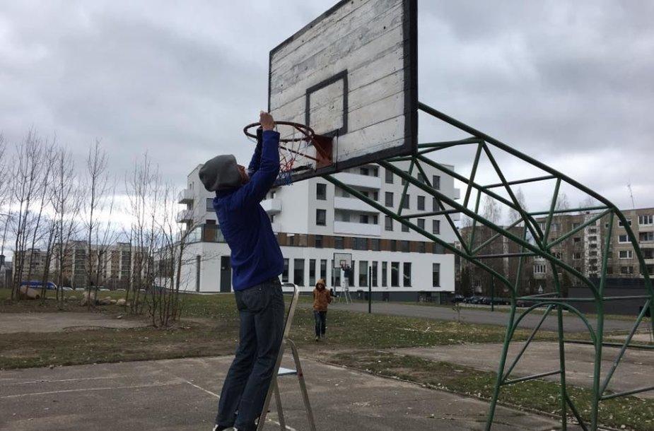 Krepšinio tinklelių kabinimas aikštelėse Vilniuje