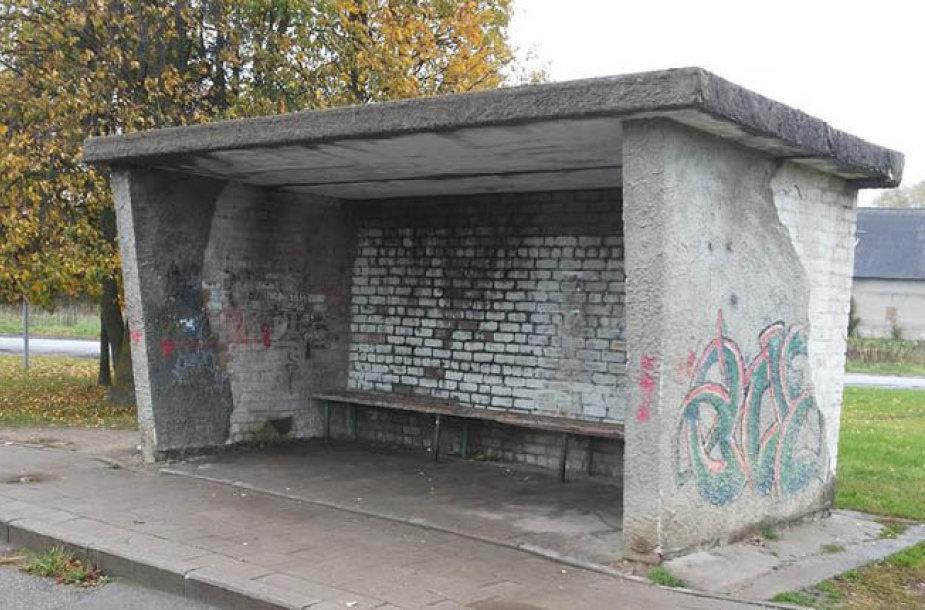 Dvaro aikštėje stovinti autobusų stotelė tapo šiandieninio Tauralaukio simboliu