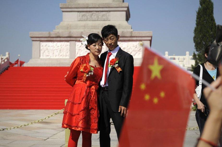 Vienas Kinijos bankas siūlo automatiškai pervesti didžiąją dalį vyro uždarbio į žmonos sąskaitą