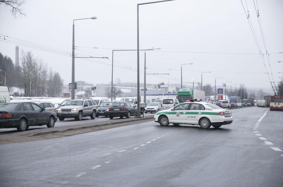 Krovininio mikroautobuso ir vilkiko avarija Savanorių pr., Vilniuje