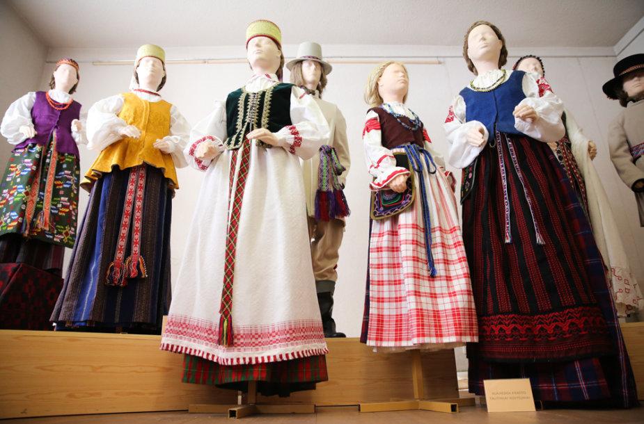 Jolantos Rimkutės ir Ievos Ševiakovaitės šiuolaikinių tautinių kostiumų modeliai