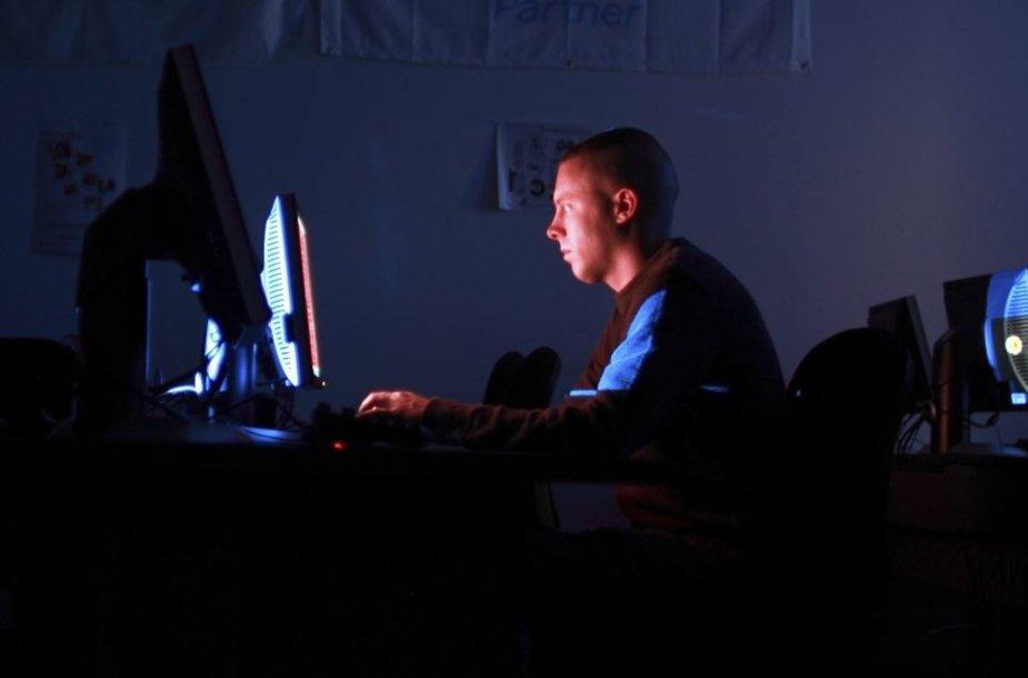 Žmogus prie kompiuterio