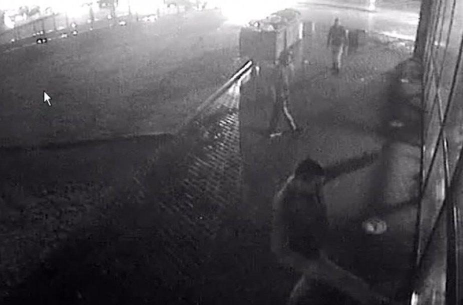 Chuliganas išdaužė dviračių parduotuvės langą
