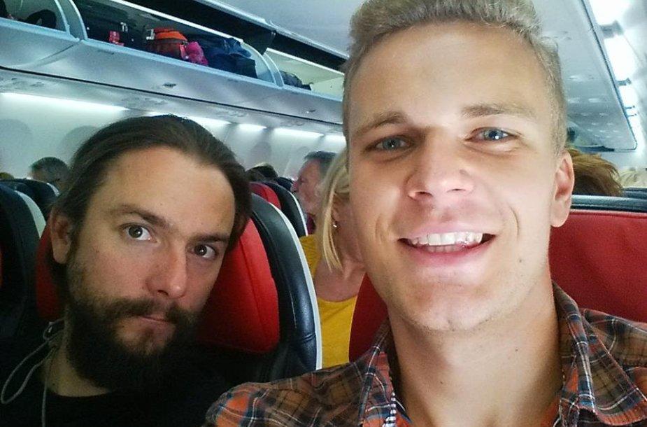 15min.lt žurnalistai Vidmantas Balkūnas (kairėje) ir Paulius Ramanauskas eina paskui pabėgėlius