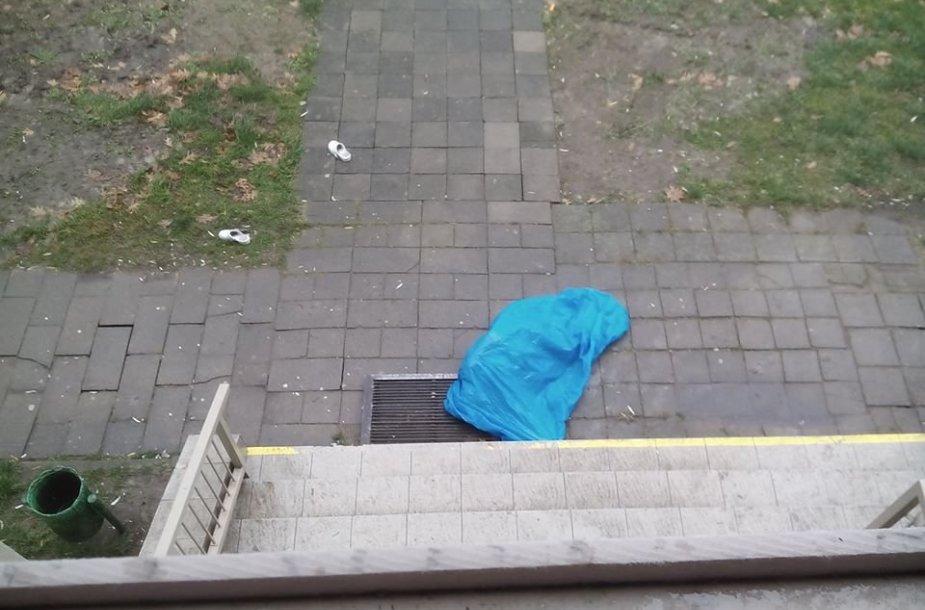 Iš Kauno miškų ir aplinkos inžinerijos kolegijos bendrabučio balkono iškrito žmogus