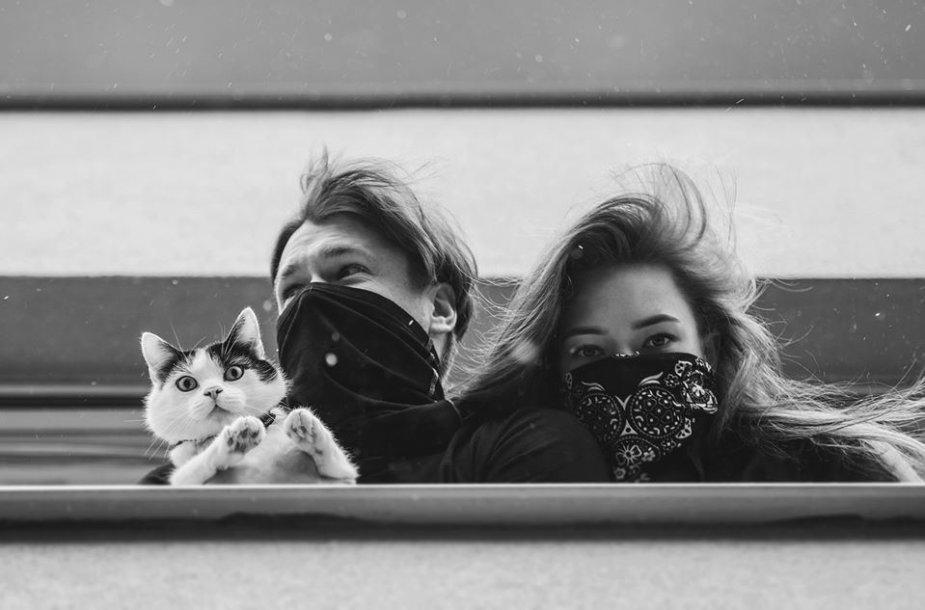 Juodai baltais kadrais klaipėdietis fotografas įamžino žmones balkonuose