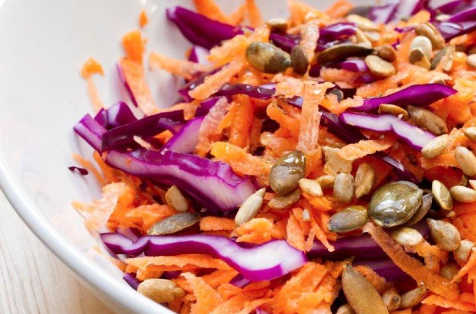 Morkų ir raudonųjų kopūstų salotos su sėklomis