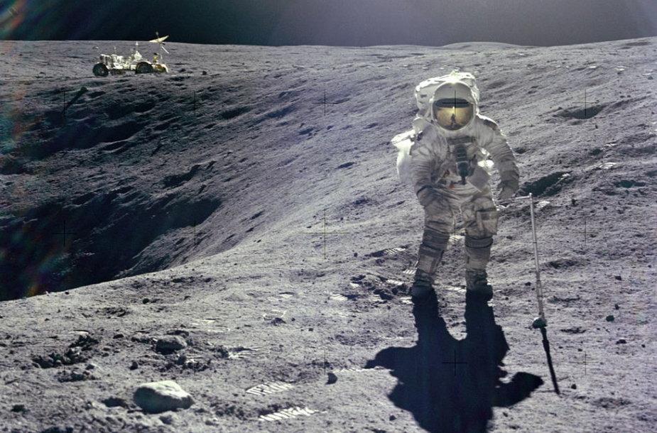 """""""Apollo 16"""" misijos astronautas Charlesas Duke'as renka uolienų pavyzdžius moksliniams tyrimams"""