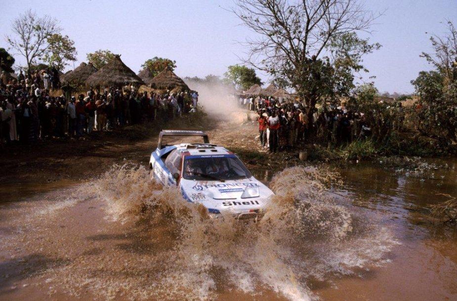Ari Vatanenas už Peugeot 405 T16 GR vairo – šis automobilis 1989-ųjų Paryžiaus-Dakaro ralį laimėjo tik dėl mestos monetos