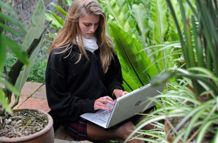Mergina dirba su kompiuteriu