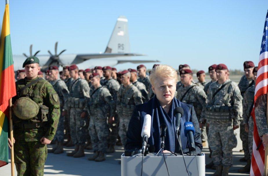 Lietuvos Respublikos Prezidentė Dalia Grybauskaitė Lietuvos karinių oro pajėgų Aviacijos bazėje Šiauliuose dalyvauja sutinkant JAV kariuomenės Sausumos pajėgų karius.