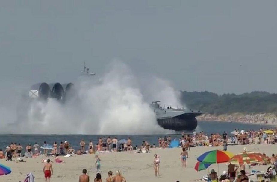 """Desantinis laivas """"Zubr"""" Mečnikovo paplūdimyje"""