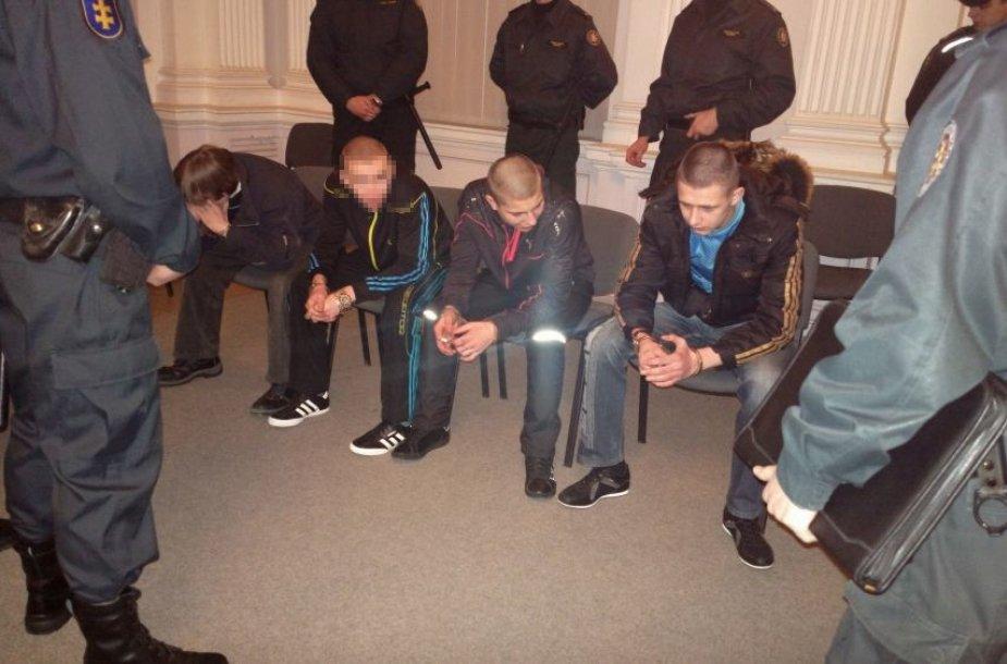Šioje byloje suėmimas yra taikomas keturiems kaltinamiesiems, du iš kurių (kairėje) dar yra nepilnamečiai.