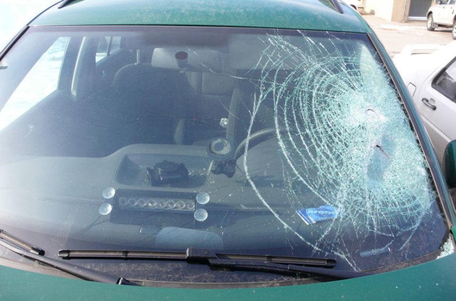 Kirviu sudaužytas automobilis