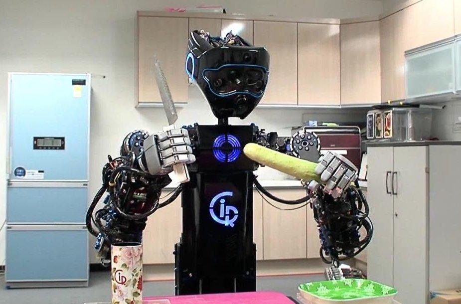 """Korėjiečių robotas """"Ciros"""" moka gaminti maistą."""