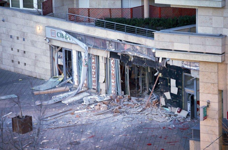"""Sprogimas Budapešte sugriovė banko """"CIB Bank"""" fasadą"""