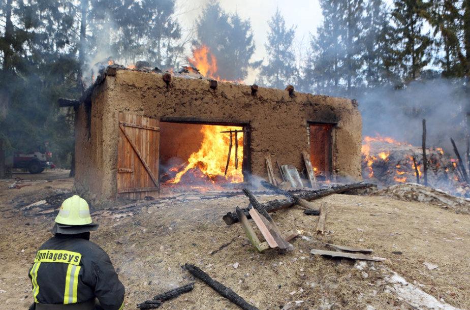 Šilutės rajone dega ūkinis pastatas