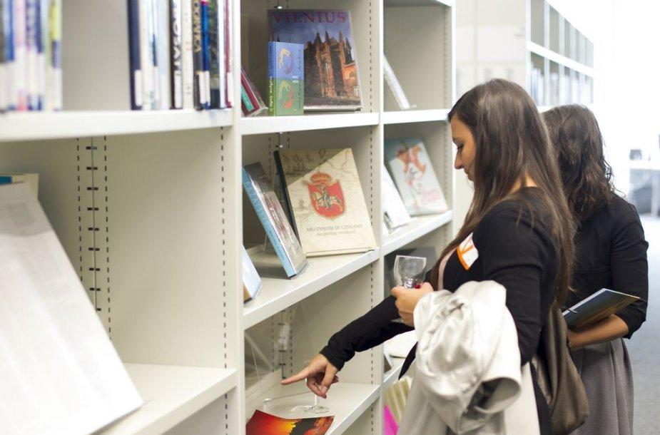 """Parodų """"Lietuviški būties peizažai"""" ir """"Gražiausios lietuviškos knygos 2012"""" atidarymas"""
