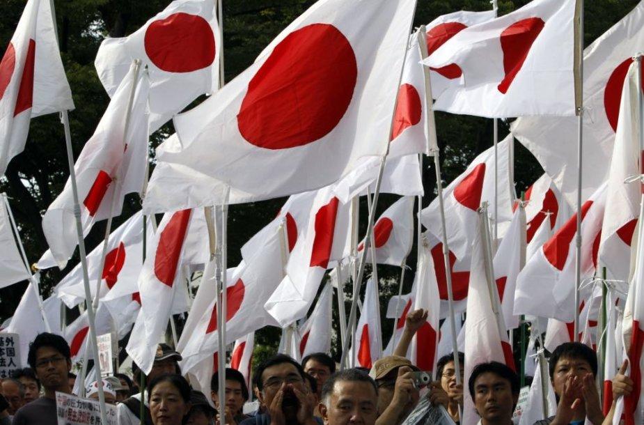 Žmonės mojuoja Japonijos vėliavomis