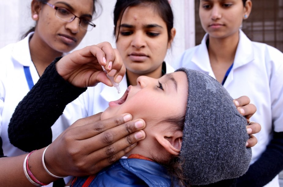 Vaikas Indijoje gauna vakciną nuo poliomielito