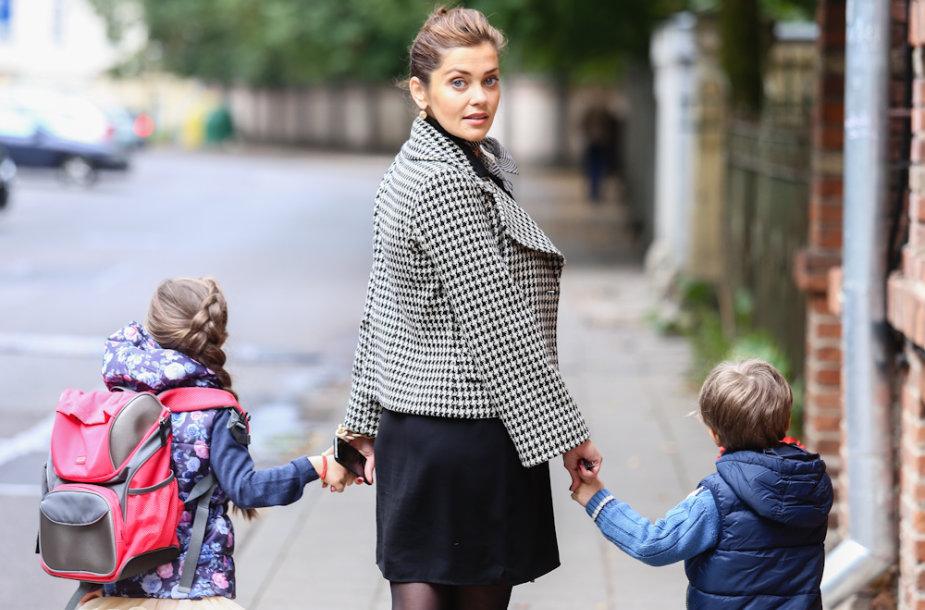 Eglė Skrolytė su vaikais