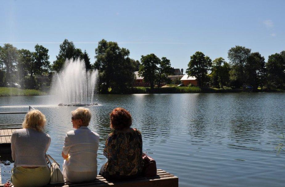 Veisiejų fontanas lankytojus stebina ir dieną ir naktį