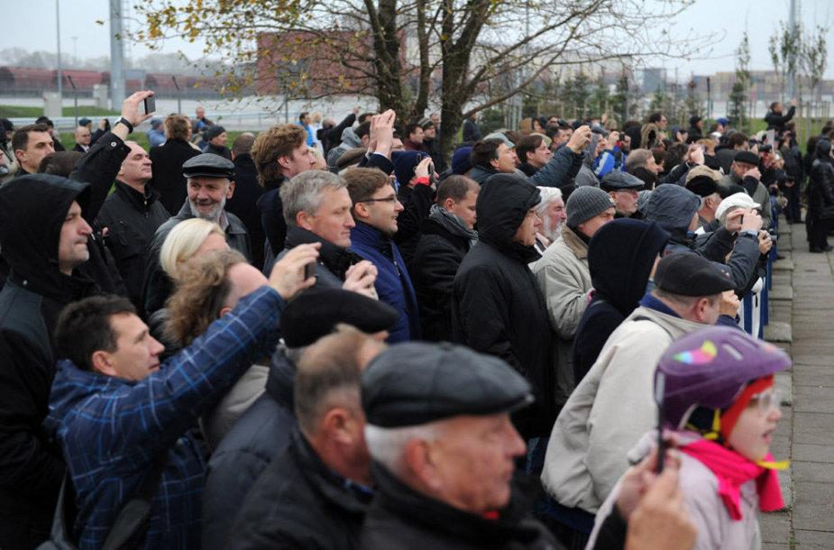 """KA ministras ir Lietuvos kariuomenės vadas pasitiko laivą """"Independence"""""""