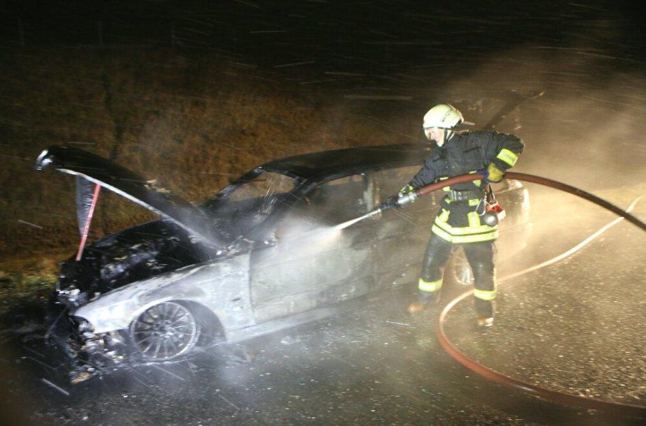 Prie Gargždų sudegė BMW 530