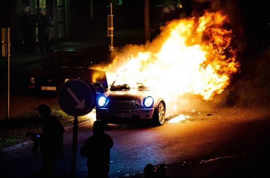Švedijoje degantis automobilis