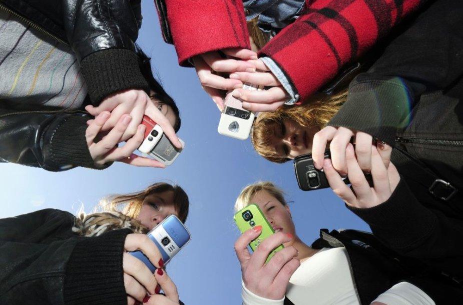 Jaunimas naudojasi mobiliaisiais telefonais